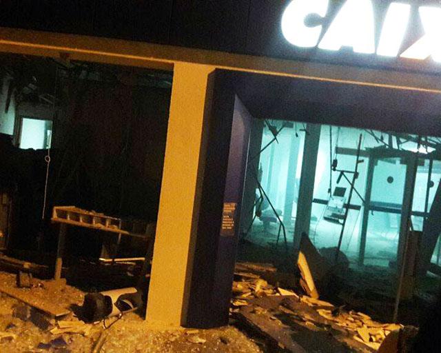 Polícia foi acionada para verificar os explosivos que não detonaram no banco (Fotos: grupo de WhatsApp)