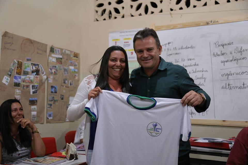 Prefeito Marival Santana durante entrega de material aos alunos