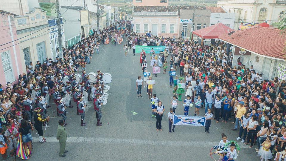 Desfile cívico em Simão Dias